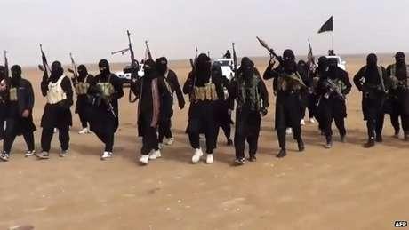 <p>Militantes do grupo Estado Islâmico; mundo teme aliciamento de jovens</p>