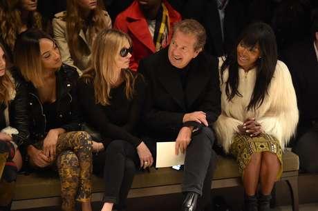 Kate Moss, Mario Testino e Naomi Campbell no desfile da Burberry