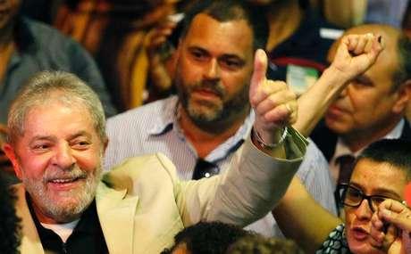 O ex-presidente Luiz Inácio Lula da Silva participa de um ato em defesa da Petrobras, no Rio de Janeiro, nesta terça-feira. 24/02/2015