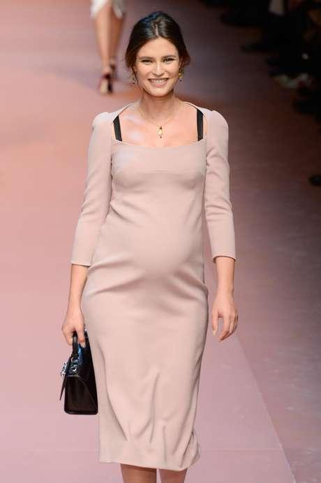 <p>A modelo Bianca Balti desfila ostentando a barriga de grávida para a Dolce & Gabbana</p>