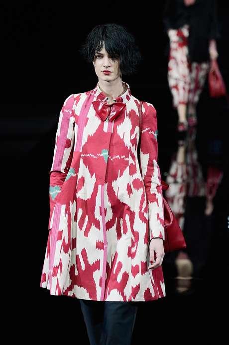 <p>E as estampas, agora bicolor e abstratas, aparecem no casaco curto e larguinho da Emporio Armani</p>