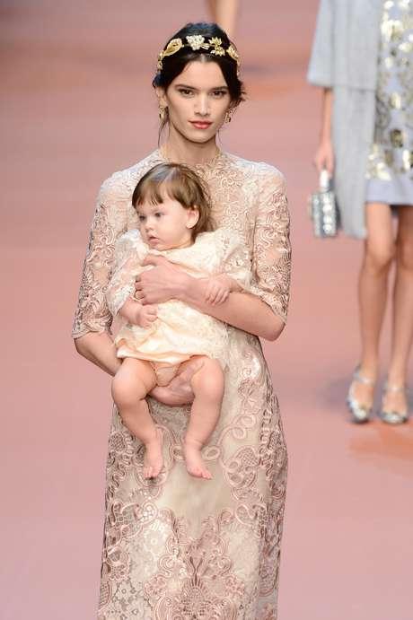 """<p class=""""text"""">Modelo com bebê no colo também fez parte da coleção de outono inverno da Dolce & Gabbana</p>"""