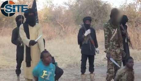 Imagens mostram membros do Boko Haram nigeriano decapitando supostos espiões
