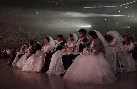 O casamento coletivo aconteceu no enorme auditório do Cheon Shim Peace World Center e foi organizado e presidido por Hak Ja Han Moon