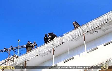 Terroristas do EI seguram armas e câmeras durante execução