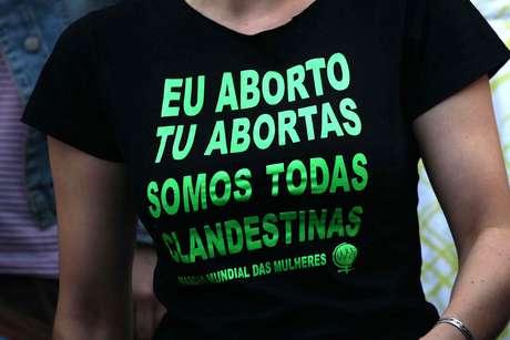 "Camiseta com ""slogan"" de movimento pró-aborto no Brasil: ""eu aborto, tu abortas, somos todas clandestinas"""