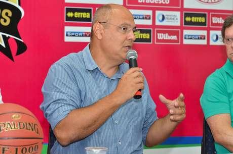 Prefeito de Franca, Alexandre Ferreira tenta ajudar a equipe de basquete