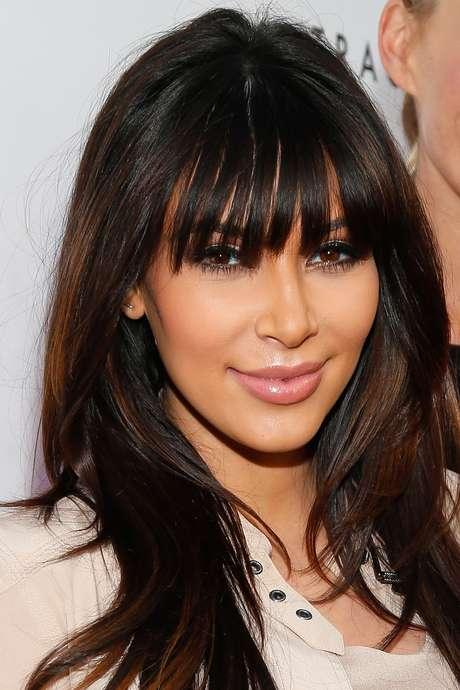 Grávida de North West, ela usava franja, como no look de abril de 2013. Mas, na maioria dos eventos, apostava em franja de lado