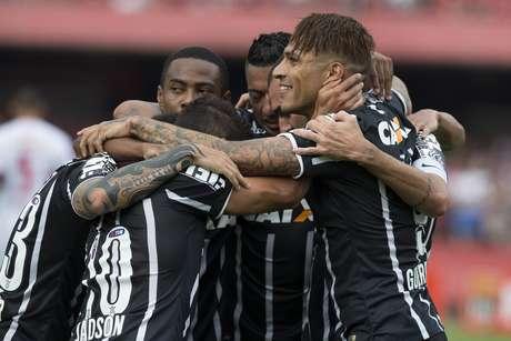 Jogadores do Corinthians comemoram gol marcado por Danilo na etapa inicial