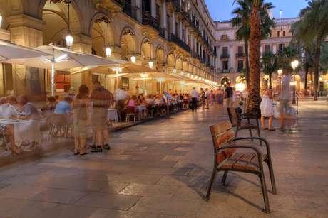 Barcelona é um dos grandes atrativos da viagem para o Mediterrâneo e tem muitos pontos turísticos como a Praça Real