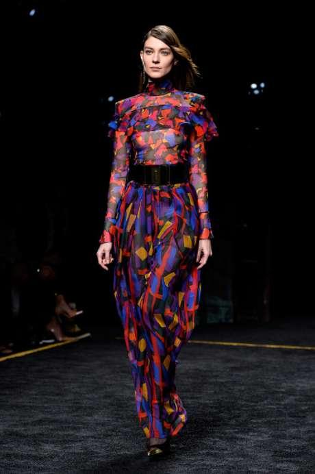 Vestido estampado com transparência nos seios, no desfile da Balmain, na Semana de Moda de Paris
