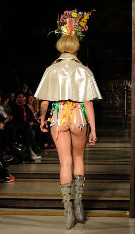 O bumbum também ficou à mostra com hot pant transparente, no desfile da Pam Hogg, em Londres