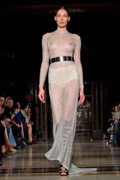 Vestido transparente revela seios da modelo, no desfile da Zeynep Kartal, em Londres