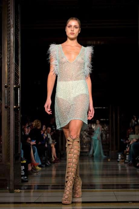 Mais vestido revelador na passarela da Zeynep Kartal, na semana de moda de Londres