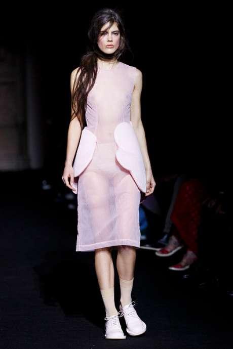 Vestido transparente revelou seios e hot pant da modelo, no desfile da Simone Rocha, na Semana de Moda de Londres