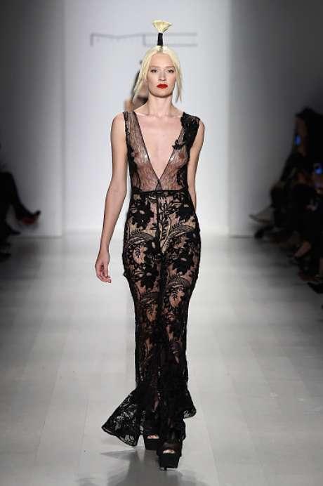 Mais seios em evidência, no desfile da Michael Costello, na Semana de Moda de Nova York