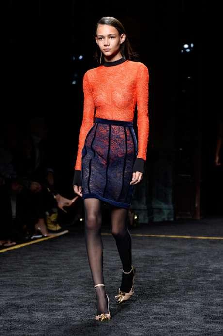Look de renda deixa seios à mostra no desfile da Balmain, na Semana de Moda de Paris