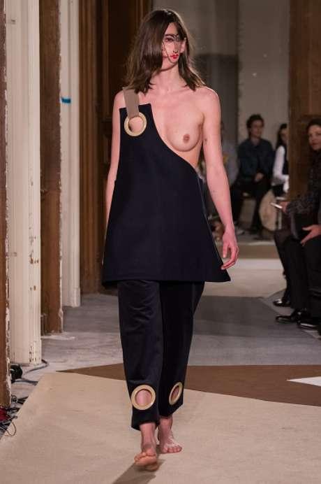 Recorte estratégico deixa seio à mostra no desfile da Jacquemus, na Semana de Moda de Paris