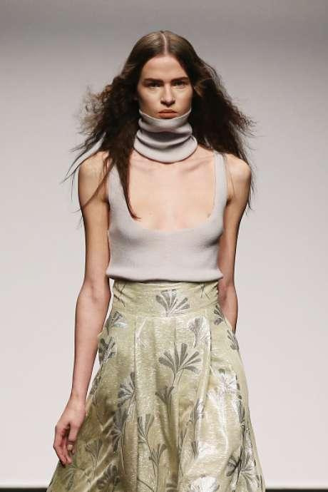 O decote da blusa evidenciou os mamilos da modelo, no desfile de Alberto Zambelli, na Semana de Moda de Milão