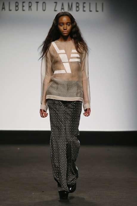 A transparência do tule sem nada por baixo marcou presença na blusa apresentada no desfile de Alberto Zambelli, na Semana de Moda de Milão