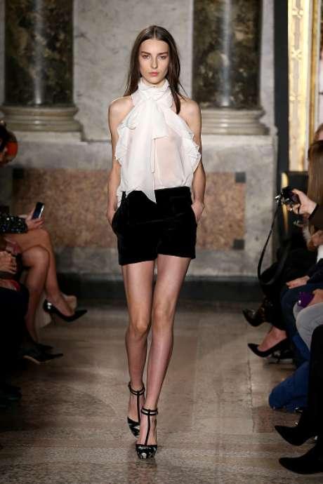 A blusa branca deixou o seio da modelo à mostra na apresentação de Emilio Pucci, na Semana de Moda de Milão