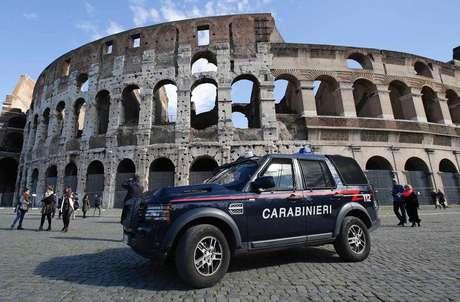 Policiais patrulham a região do Coliseu em Roma, na Itália. 17/02/2015