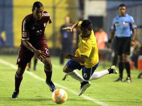Caíque e Jholvis Acevedo disputam bola; virada incrível da Venezuela
