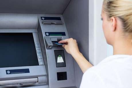 Para contas correntes, quatro saques, por mês, em guichê de caixa, inclusive por meio de cheque ou de cheque avulso, ou em terminal de autoatendimento não pode ser cobrado