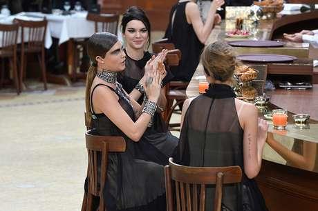 Cara e Kendall se sentaram em frente ao bar durante a apresentação