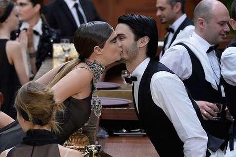 Com um beijo no rosto, Cara cumprimentou Baptiste Giabiconi, o muso de Lagerfeld que figurava como garçom