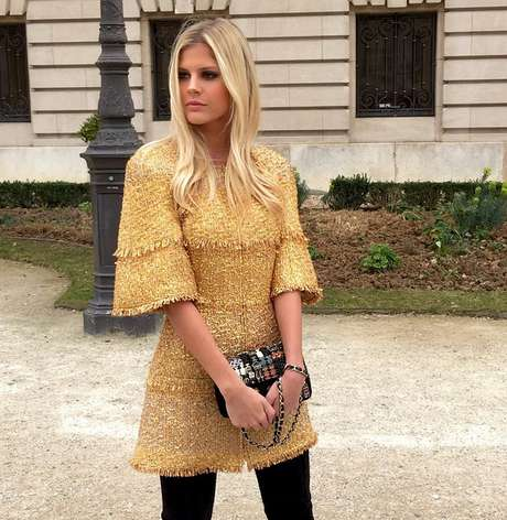A it girl e blogueira brasileira Lala Rudge usou o mesmo vestido para ir ao desfile da Chanel em Paris, nesta terça-feira (10)