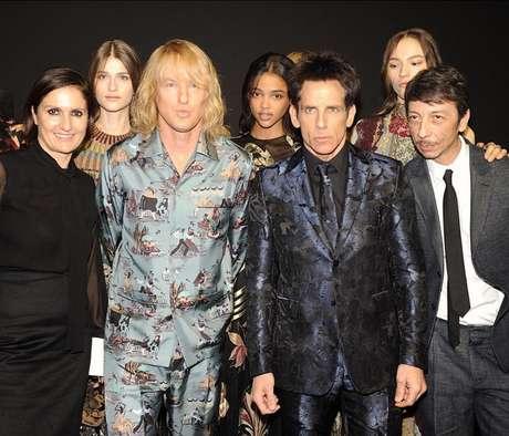 Atores americanos ao lado de modelos e equipe criativa da Valentino