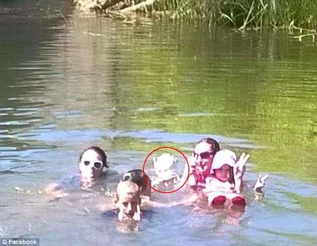 Fantasma de criança afogada aparece em foto de família