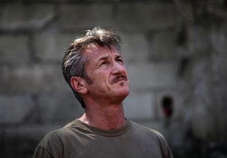Ator Sean Penn em visita ao Haiti.  24/02/2015.