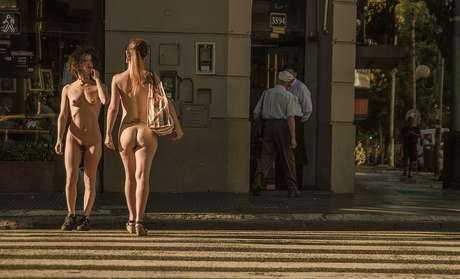 Tradicional vestido de modelos desnudos