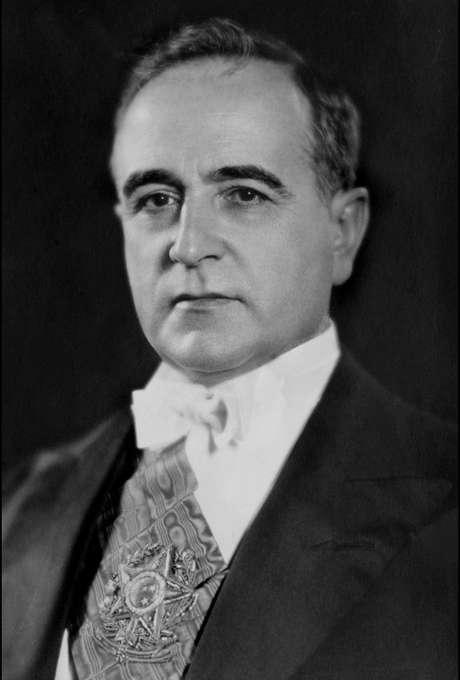 <p>Pressionado, Vargas se suicidou em 24 de agosto de 1954, deixando uma carta-testamento</p>
