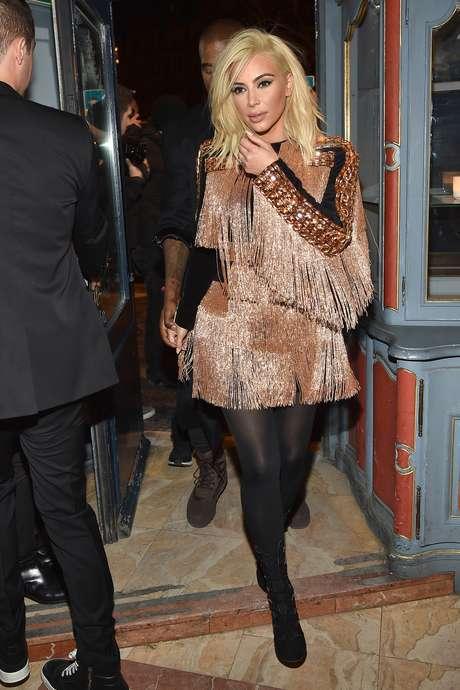 Kim Kardashian não economizou no brilho e nas franjas para a festa pós-desfile da Balmain