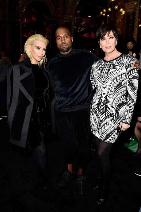 Kim Kardashian, Kanye West e Kris Jenner, mãe da socialite, no desfile da Balmain