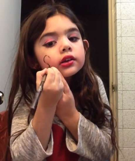 El video de la niña que enamoró la red con tutoriales de maquillaje