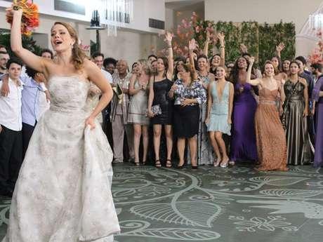 Já casada com o mesmo vestido (e noivo da irmã), Cristina (Leandra Leal) joga o buquê para as convidadas