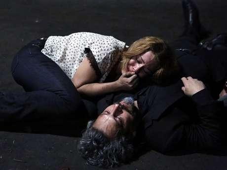 <p>Cristina chora ao ver o comendador Zé Alfredo estirado no chão após ser baleado pelo filho; será que ele vai morrer?</p>