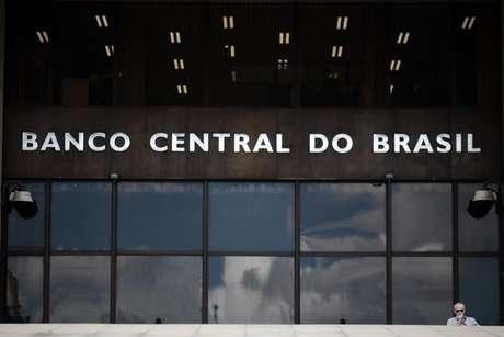 <p>Uma fonte da Fazenda afirmou à Reuters que o governo brasileiro não considera usar suas reservas internacionais neste momento</p>