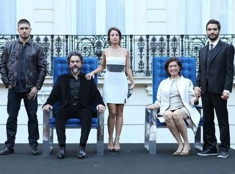 Na foto mais atual, Alexandre Nero assume o posto como o Comendador mais velho, com os filhos já crescidos e Lilia Cabral como Maria Marta