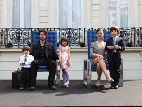 Na primeira fase da novela, Chay Suede interpretava o Comendador e ocupava a cadeira principal na foto, ao lado de Adriana Birolli