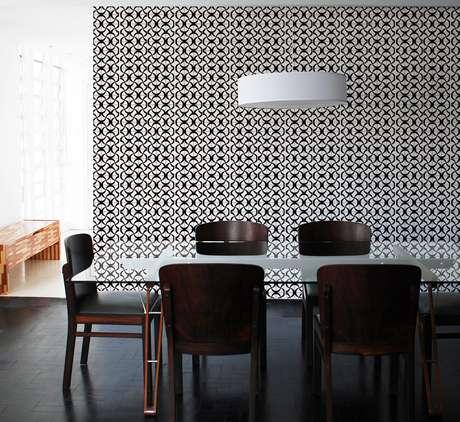 Um papel de parede em branco e preto também pode ser ideal para a sala de jantar; o ambiente fica mais sóbrio e igualmente confortável
