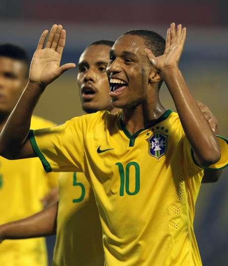Leandro foi destaque da partida com três gols