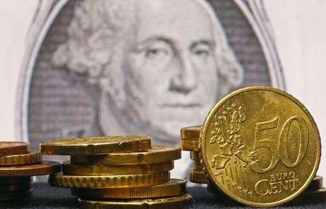 <p>Desde o início do ano, o dólar subiu cerca de 5% contra os pesos mexicano e chileno, 8% ante o rand sul-africano e 13%contra a lira turca, mas avançou 22,20% em relação ao real</p>