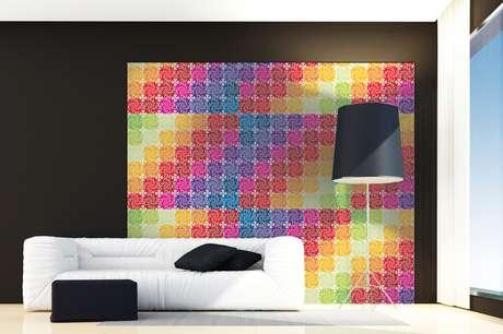 Para colorir o espaço da sala, a arquiteta indicou papel de parede em cores vibrantes; para completar o ambiente o melhor é escolher sofá e almofadas em tons neutros
