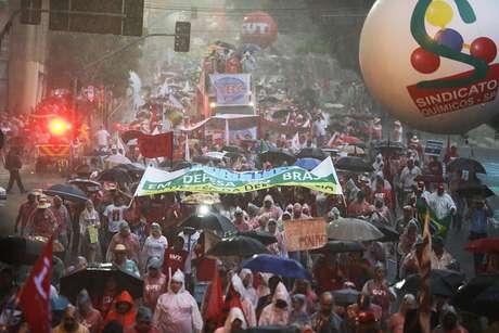 <p>Nem a chuva dispersou a multidão que protestava</p>