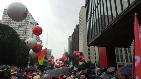 <p>Balões das centrais sindicais fazem parte do protesto</p>